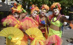 Foliões vestidos de Carmem Miranda são presença marcada no Banda de Ipanema