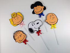 A turminha do Snoopy e do Charlie Brown veio participar da festinha com estes lindos toppers para decoração de cupcake, bolinhos, lembrancinhas, caixinhas, etc.