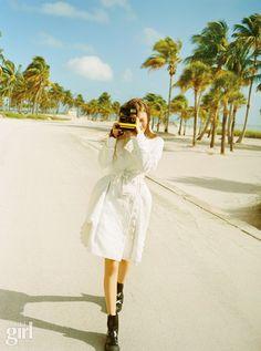 스트라이프, 스웨터, 레인코트를 입은 소녀의 하루 - Voguegirl.co.kr