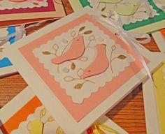 Если Вы творите свои работы из бумаги, у Вас как и у меня, сохраняются обрезки разных цветов и размеров. Выкидывать их – непозволительное расточительство. Я предлагаю использовать обрезки бумаги для изготовления мини-открыток. Рекомендуется родителям с детьми, дизайнерам и просто творческим людям. Начинаем как всегда с эскиза. Собираем обрезки бумаги.