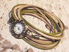Romantische Leder Armbanduhr zum umwickeln im Vintage Stil, angefertigt aus Velourlederriemen und Rundleder in tollen Naturtönen.