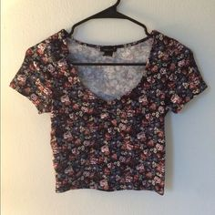 Floral Crop Only worn a couple of times, it's in perfect condition. Super flattering! Forever 21 Tops Crop Tops