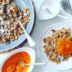 A császármorzsa alapvető hozzávalói: liszt/dara, tojás, tej/tejszín, cukor/édesítőszer, a pirításhoz pedigvalamilyen zsiradék. A tojások fehérjét és sárgáját szétválasztva, a tojássárgáját a tejjel/tejszínnel, a liszttel/darával és a cukorral/édesítőszerrel csomómentesre kell keverni, és ebbe a… Sandwich Cookies, Cake Cookies, Best Tuna Salad, Baked Ziti, Salad Sandwich, Yams, Fajitas, Breakfast Recipes, Paleo