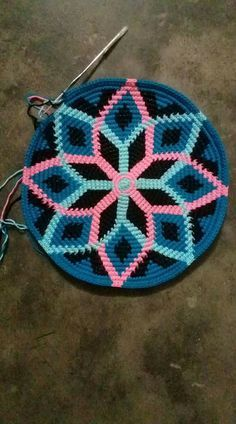 Discover thousands of images about Crocheted bag bottom Crochet Potholder Patterns, Free Crochet Bag, Tapestry Crochet Patterns, Crochet Tote, Crochet Mandala, Crochet Handbags, Crochet Purses, Diy Crochet, Crochet Stitches