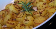Welcome to my rosemary roast potatoes Air Fryer style! I absolutely love roast potatoes and they make the perfect side dish for any meal. No Calorie Foods, Low Calorie Recipes, Rosemary Roasted Potatoes, Rosemary Recipes, Potato Side Dishes, Fried Potatoes, Ww Recipes, Quick Recipes, Air Fryer Recipes