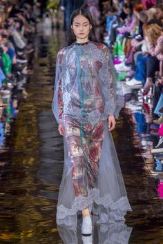 The complete Stella McCartney Fall 2018 Ready-to-Wear fashion show now on Vogue Runway. Autumn Fashion 2018, Fashion Week, Star Fashion, High Fashion, Womens Fashion, Paris Fashion, Stella Mccartney Dresses, Fashion Prints, Fashion Design