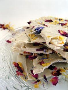 Weiße Bruchschokolade mit Vanille und Blüten