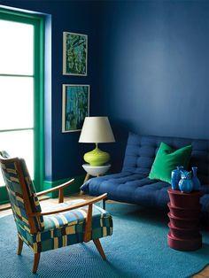 Décor do dia: azul clássico e pop Mix de tons claros e escuros na sala de estar (Foto: Plascon Spaces / reprodução)