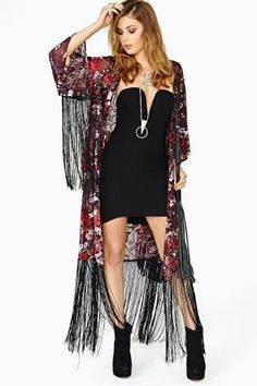 Flower Flame Fringe Kimono with a little black dress Gypsy Style, Bohemian Style, Boho Chic, My Style, Kimono Fashion, Boho Fashion, Fashion Outfits, Womens Fashion, Kimono Outfit