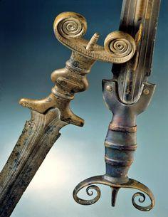 Hallstatt Antenna Swords, c. century BC Hallstatt B period swords found near Lake Neuchâtel in Auvernier and Cortaillod, Switzerland. Iron Age, Celtic Sword, Hallstatt, Celtic Warriors, Celtic Culture, Medieval Weapons, Swords And Daggers, Celtic Art, Fantasy Weapons