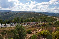 ガリシア州の山岳地帯を行くプロトン: photo:Tim de Waele