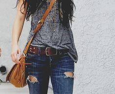 Jeans rotos, playera larga,collares, pulseras,cabello suelto... y una mochila!