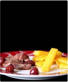 Magret de canard aux griottes frite de polenta