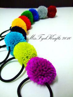 Crazy about Pom Pom - Hairtie Pom Pom Crafts, Yarn Crafts, Diy Crafts, Pom Pom Hair Ties, Crafts To Make, Crafts For Kids, Crochet Hair Accessories, Pom Pom Rug, Camping Crafts