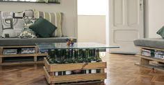 Mesinha de centro feita de caixote de madeira e garrafas de vidro