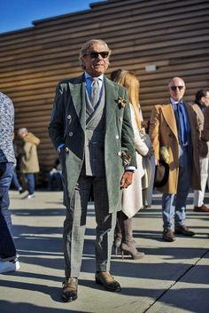 Get a glimpse of sartorial trends as displayed by the gents parading at Pitti Uomo 89 in Florence Italy, captured by photographer Fabrizio Di Paolo. Older Mens Fashion, Men Fashion Show, Mens Fashion Blog, Men's Fashion, Fashion Tips, Mens Fashion Blazer, Mens Fashion Sweaters, Mens Style Guide, Men Style Tips