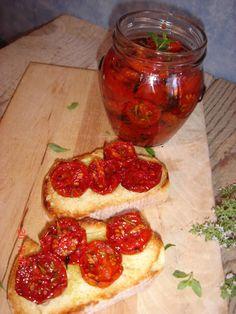 Da diversi giorni volevo preparare i pomodorini confit da mettere nei vasetti ed averli pronti per uno sfizio veloce,tipo un crosti...