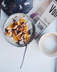 Godmorgen alle søde mennesker bag skærmene  Har lavet denne kombination før, men den er altså også bare lækker, og perfekt inden en lang vagt. Jeg skal møde 11-20 i dag, så havde brug for en god kop kaffe og en mættende grød at starte på, inden det går løs  Lige nu ligger jeg i sofaen og sluprer det sidste kaffe i mig #søndagsbarnpåenonsdag ✌️ -- Opskrift  Opskrift  1 dl grovvalsede havregryn, 2 dl vand, 1 dl kokosmælk (mixet), 1 spsk chiafrø, lidt salt, 1 spsk kokosrasp og 1 spsk zero…