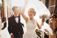 um homem e uma mulher celebrando a festa de casamento Budget Wedding, Wedding Tips, Wedding Photos, Wedding Planning, Wedding Hacks, Luxury Wedding, Wedding Dress Etiquette, Wedding Dresses, Wedding Show