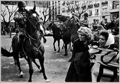 Madres de Plaza de Mayo durante una manifestazione interrotta dalla polizia su ordine del regime dei Generali.