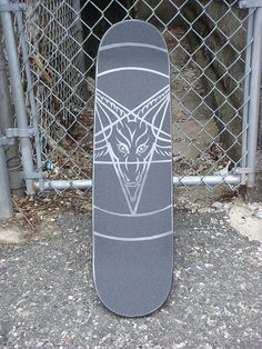 If you love skating and art- equally, then it's high time you brought the two together. Try out some DIY Skateboard deck Art Ideas and you will feel happier than ever to ride it. Skateboard Images, Skateboard Deck Art, Surfboard Art, Skateboard Design, Thrasher, Grip Tape Designs, Skate Bord, Simple Art Designs, Abstract Art Images