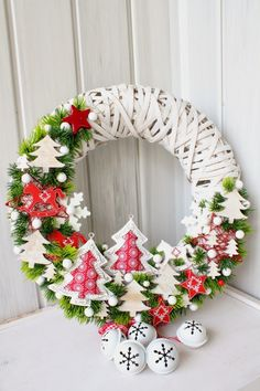 Festive DIY Holiday Season Wreaths as You Gear Up for Christmas Noel Christmas, All Things Christmas, Christmas Ornaments, Christmas Projects, Holiday Crafts, Holiday Decor, Theme Noel, Hanging Ornaments, Diy Wreath