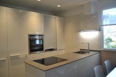 Muebles persianas para la cocina Small Kitchen Solutions, Cocina Office, Kitchen Cabinets, Kitchen Appliances, Kitchens, Boffi, Küchen Design, Interior Design Kitchen, Decoration