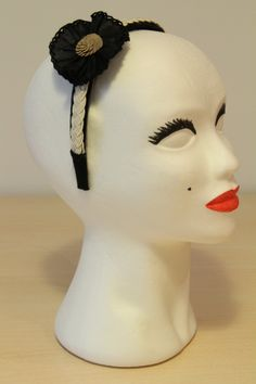 DIADEMA TERCIOPELO NEGRO -  Diadema forrada con terciopelo negro. Pasamanería trenzada color crudo, aplicación de lentejuelas oro y plisado negro. Precio: € 15