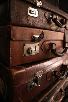 Love old suitcases and trunks! Vintage Suitcases, Vintage Luggage, Travel Suitcases, Old Luggage, Brown Aesthetic, Aesthetic Colors, Cosy Aesthetic, Bag Essentials, Mocca