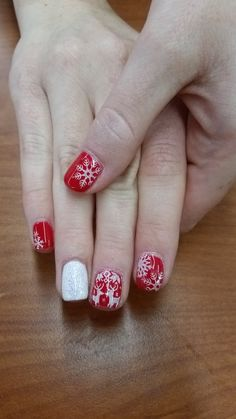 Red Christmas sweater gel nails