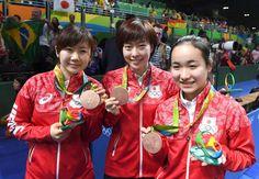 銅メダルを披露する(左から)福原愛、石川佳純、伊藤美誠=リオデジャネイロ(撮影・棚橋慶太)