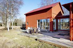 Exterior Doors With Glass Panels Scandinavian Cottage, Modern Scandinavian Interior, Scandinavian Architecture, Interior Architecture, Exterior Doors With Glass, Wood Exterior Door, Wooden Facade, Small Places, Little Houses