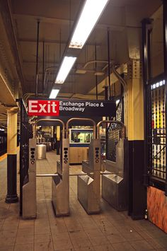 New York subway station at Exchange Place & Broadway (lower Manhattan) New York Subway, Nyc Subway, U Bahn Station, Train Station, Manhattan New York, Lower Manhattan, Ville New York, Metro Subway, S Bahn