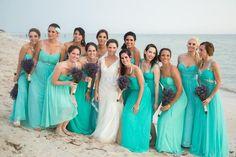 Preciosa novia con sus damas vestidas de verde menta con ramos de liminium en la playa / Beautiful bride with her bridesmaids dressed in mint green with liminium bouquets on the beach #Yucatán #Boda #Wedding #Playa #Beach