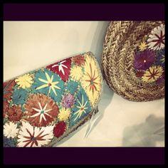 Avance de temporada primavera verano 2013. Cartera con bordados de flores. #flowerpower, #flores, #carteras, #bolsos, #bags, #sacs, #verano, #summer, #été