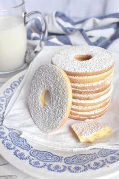 I biscotti con la farina di riso sono friabili e hanno un retrogusto tutto particolare e delicato, diverso dalle classiche farine di fr. ♦๏~✿✿✿~☼๏♥๏花✨✿写☆☀🌸🌿🎄🎄🎄❁~⊱✿ღ~❥༺♡༻🌺SU Dec ♥⛩⚘☮️ ❋ Italian Cookies, Italian Desserts, Italian Recipes, Cookie Recipes, Dessert Recipes, Café Chocolate, Biscotti Cookies, Cake & Co, Baking And Pastry