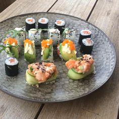 Sushi op een eigen bord is extra lekker. Moeten we vaker doen. #pottery #ceramics #handbuilt #pottenbakken #lamp #verlichting #kunst #klei… Sushi, Teller, Pottery, Carpe Diem, Ethnic Recipes, Instagram, Studio, Kunst, Clay