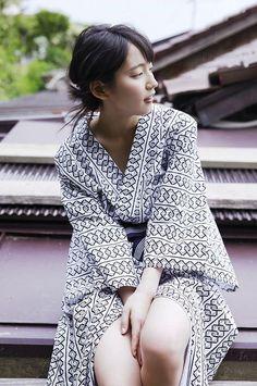 Looks like a ねまき (nemaki) for sleeping. Japanese Beauty, Japanese Girl, Asian Beauty, Japan Fashion, 90s Fashion, Summer Kimono, Only Girl, Cute Beauty, Young Models