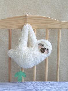 Musical soft toy sloth (white)