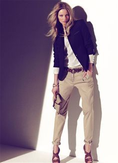 Colección primavera - verano 2011 de Massimo Dutti: pantalón beige con blazer azul marino.