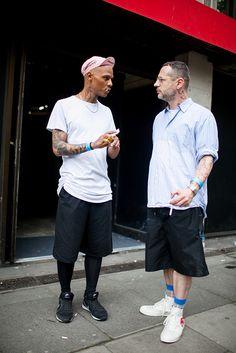 2016-07-22のファッションスナップ。着用アイテム・キーワードはキャップ, シャツ, ストライプシャツ, スニーカー, ハーフパンツ, 無地Tシャツ, 白Tシャツ, Tシャツ,Comme des Garcons, Nike(ナイキ)etc. 理想の着こなし・コーディネートがきっとここに。  No:153551