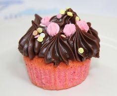 Cupckes de fresa con crema de chocolate y dulce de leche. Os los recomiendo.  http://rositaysunyolivasenlacocina.blogspot.com.es/2011/09/cupcakes-de-fresa-con-crema-de.html