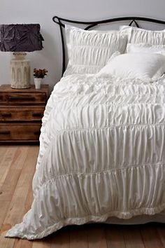 Simple and clean. LOVE this (except the headboard- not a fan of wrought iron for the home...)