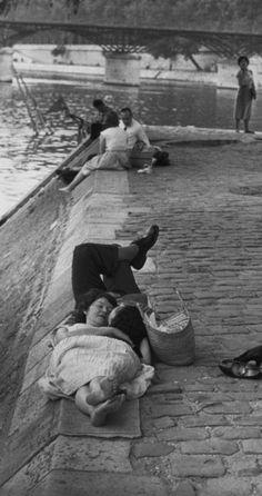Henri Cartier-Bresson - Paris 1955 - France en Noir et Blanc Henri Cartier Bresson, Robert Doisneau, Candid Photography, Street Photography, The Kiss, Pont Paris, Paris Paris, Paris France, French Photographers