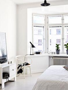 35 Minimal Scandinavian Bedroom Decor for Winter Ideas Patio Interior, Interior Exterior, Decor Interior Design, Interior Styling, Modern Bedroom, Bedroom Decor, White Bedrooms, Master Bedroom, Airy Bedroom