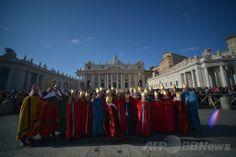 バチカン(Vatican)のサンピエトロ広場(St Peter's Square)で、ローマ・カトリック教会のフランシスコ(Francis)法王の新年のお告げの祈りのために集まった人々(2014年1月1日撮影)。(c)AFP/FILIPPO MONTEFORTE ▼2Jan2014AFP ローマ法王、新年の祈りで世界の連帯を訴える http://www.afpbb.com/articles/-/3005898 #Vatican #Vaticanae #Vaticano #St_Peters_Square #Pope_Francis #Papa_Francisco #Papa_Francesco