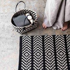 Virkattu matto ja pikkukori tehdään mustasta ja beigenvärisestä ontelokuteesta. Klassinen kuvio sopii myös skandinaaviseen kotiin. Katso ohje ja tartu koukkuun!