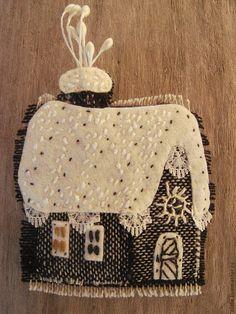 Купить Брошь текстильная Домик зимний продана - чёрно-белый, домик, избушка, зима