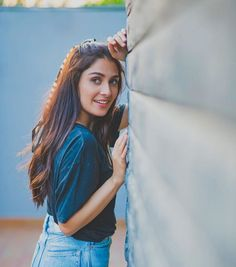 Sexy Ayeza Khan talked about her Gorgeous dressing - eTechWorld Friend Poses Photography, Teenage Girl Photography, Portrait Photography Poses, Photography Poses Women, Portrait Poses, Cute Poses For Pictures, Cute Girl Poses, Beautiful Pictures, Best Photo Poses