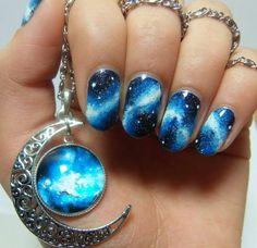Uñas cósmicas azules